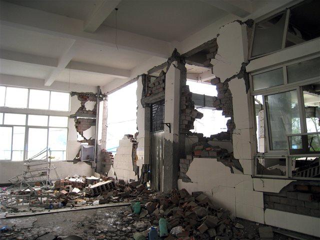 钢筋混凝土框架震害  框架结构常见的震害:      (1)填充墙破坏  框架